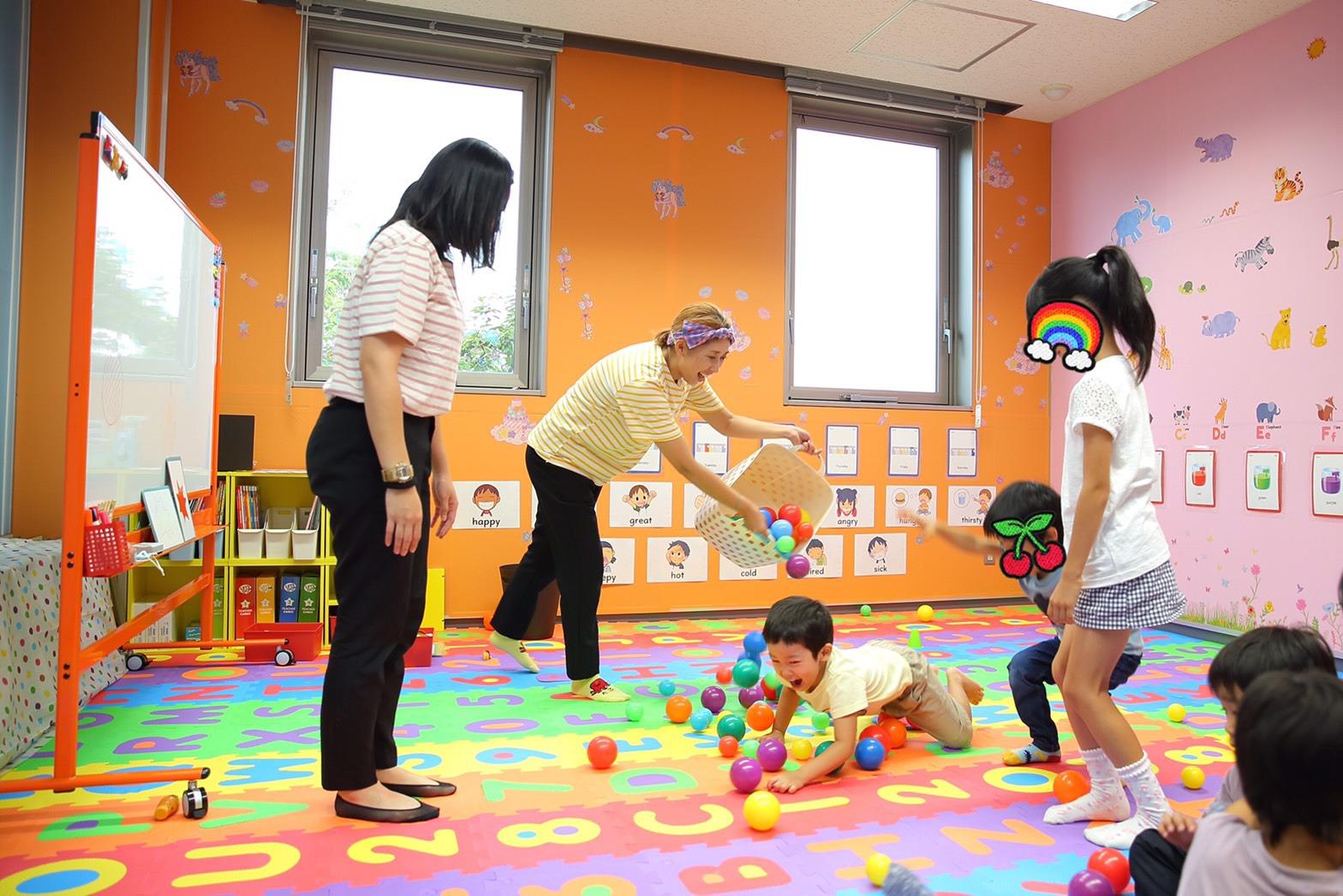 先生と遊ぶ子供たち